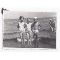 Siostry Dalia i Wirginia  z kolegą, Sopot lata 50. XX w.