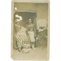 Władysław Cieszyński z rodziną na plaży przy Łazienkach Południowych, Sopot 1924 r.