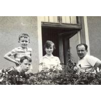 Innocenty Wieloszewski z dziećmi (Magda, Wojtek Korzeniewscy oraz Antoni Wieloszewski) na balkonie przy Kościuszki 11, Sopot, lata 60. XX w.