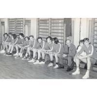 Koszykarze AZS UG, bracia bliźniacy Grzegorz i Wojciech Korzeniewscy drugi i czwarty od lewej, Sopot lata 70. XX w.