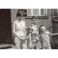 Magda i Wojciech Korzeniewscy (od lewej) oraz Antoni Wieloszewski na ul. Kościuszki 11, Sopot lata 60. XX w.