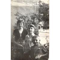 Magda i Wojciech Korzeniewscy oraz Antoni Wieloszewski na balkonie przy Kościuszki 11, Sopot, lata 60. XX w.