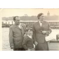 Wojciech Korzeniewski z mamą Ireną Wieloszewską i ojczymem Innocentym Wieloszewskim, Sopot lata 50. XX w. fot 3.