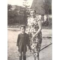 Wojciech Korzeniewski z mamą Ireną Wieloszewską, Sopot lata 50. XX w.