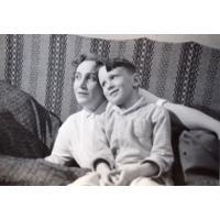 Wojciech Korzeniewski z mamą Ireną Wieloszewską, Sopot ul. Armii Czerwonej 68, lata 50. XX w.