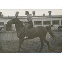 Wojciech Kowerski na koniu. W tle nieistniejąca obecnie stajnia, Sopot 1975 r.