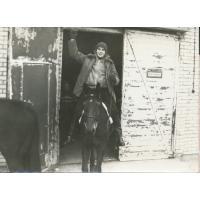 Krzysztof Rafalak wyjeżdża na koniu ze stajni, Sopot 1977 r.