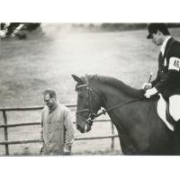 Krzysztof Rafalak na koniu obok idzie Wojciech Kowerski w Belgii, lata 1978-1979.