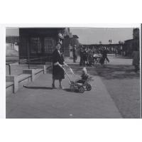 Angelika Lewandowska na spacerze z synem Jarkiem, Sopot 1959 r