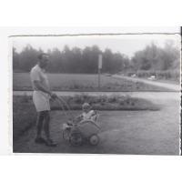 Jan Lewandowski z synem Zygmuntem na spacerze, Sopot 1947 r.