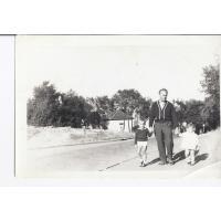 Jan Lewandowski z wnukami Aleksandrą i Jarkiem spacerują  po ul. Sępiej, Sopot po 1960 r.