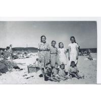 Plażowanie w Kamiennym Potoku. Drugi od lewej siedzi Zygmunt Lewandowski, Sopot 1949 r.