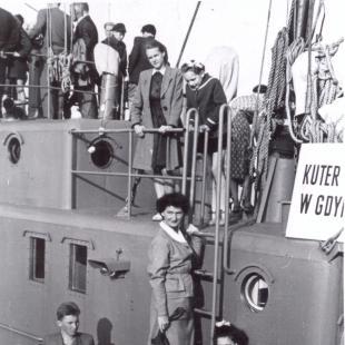 Danuta (z jasną torebką) i Maria (przy barierce u góry) Czarneckie, na drabince Maria Halina Tychoniewicz (z domu Czarnecka) na statku przy molo, Sopot lata 50. XX w.
