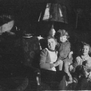 Helena Godlewska z przysposobioną Misią i córką Magdalenką, Sopot 1945 r.