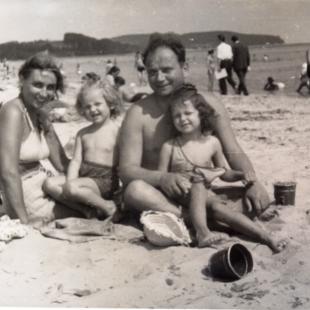 Stefan i Regina Czarneccy z córkami Danutą i Marią, Sopot 1948 r.