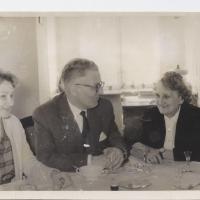 Zofia Serafinowicz (po prawej) z córką Alicją Niewęgłowską i jej mężem, Józefem, Sopot 1961.