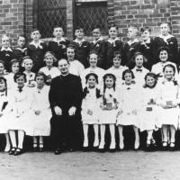 Pierwsza Komunia Święta, w środku ks. Władysław Szymański, Sopot lata 30. XX w